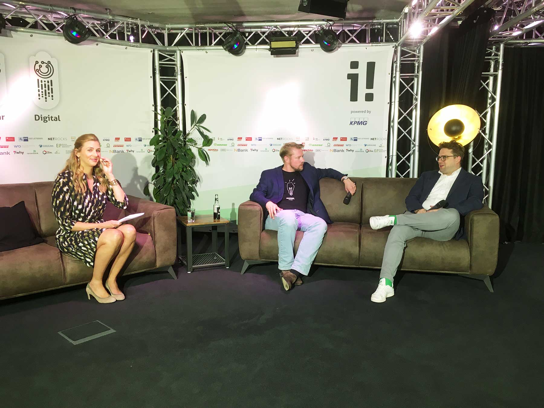 (Von links) Moderatorin Andrea Gerhard und die Geschäftsführer der innovate! Wolf Goertz und Florian Stöhr